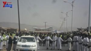 الالاف يشيعون 6 من شهداء مجزرة الضبر بعمران التي ارتكبتها قوات القشيبي بحق مسيرة سلمية (5)
