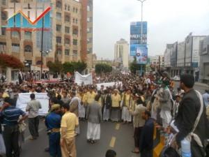 مسيرة حاشدة بصنعاء تطالب بإسقاط رموز الفساد وتأييدا للجيش في حربه ضد القاعدة (60)