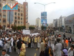 مسيرة حاشدة بصنعاء تطالب بإسقاط رموز الفساد وتأييدا للجيش في حربه ضد القاعدة (63)