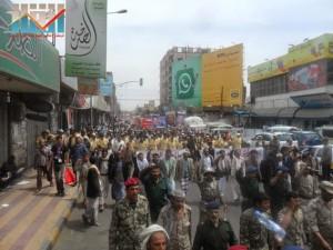 مسيرة حاشدة في العاصمة صنعاء تتجه صوب وزارة النفط للتنديد بأزمة المشتقات النفطية و رفض رفع الدعم عنها و المطالبة بإسقاط الحكومة (13)