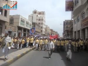 مسيرة حاشدة في العاصمة صنعاء تتجه صوب وزارة النفط للتنديد بأزمة المشتقات النفطية و رفض رفع الدعم عنها و المطالبة بإسقاط الحكومة (21)