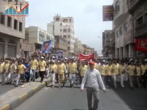 مسيرة حاشدة في العاصمة صنعاء تتجه صوب وزارة النفط للتنديد بأزمة المشتقات النفطية و رفض رفع الدعم عنها و المطالبة بإسقاط الحكومة (22)