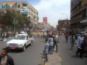 مسيرة حاشدة في العاصمة صنعاء تتجه صوب وزارة النفط للتنديد بأزمة المشتقات النفطية و رفض رفع الدعم عنها و المطالبة بإسقاط الحكومة (23)