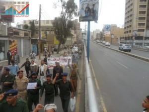 مسيرة حاشدة في العاصمة صنعاء تتجه صوب وزارة النفط للتنديد بأزمة المشتقات النفطية و رفض رفع الدعم عنها و المطالبة بإسقاط الحكومة (34)