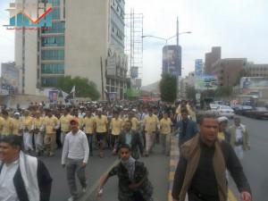 مسيرة حاشدة في العاصمة صنعاء تتجه صوب وزارة النفط للتنديد بأزمة المشتقات النفطية و رفض رفع الدعم عنها و المطالبة بإسقاط الحكومة (53)