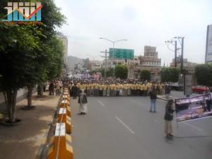مسيرة حاشدة في العاصمة صنعاء تتجه صوب وزارة النفط للتنديد بأزمة المشتقات النفطية و رفض رفع الدعم عنها و المطالبة بإسقاط الحكومة (56)
