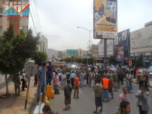 مسيرة حاشدة في العاصمة صنعاء تتجه صوب وزارة النفط للتنديد بأزمة المشتقات النفطية و رفض رفع الدعم عنها و المطالبة بإسقاط الحكومة (57)