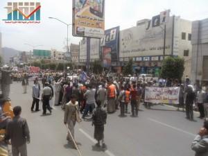 مسيرة حاشدة في العاصمة صنعاء تتجه صوب وزارة النفط للتنديد بأزمة المشتقات النفطية و رفض رفع الدعم عنها و المطالبة بإسقاط الحكومة (60)