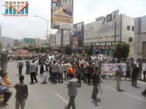 مسيرة حاشدة في العاصمة صنعاء تتجه صوب وزارة النفط للتنديد بأزمة المشتقات النفطية و رفض رفع الدعم عنها و المطالبة بإسقاط الحكومة (61)