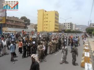 مسيرة حاشدة في العاصمة صنعاء تتجه صوب وزارة النفط للتنديد بأزمة المشتقات النفطية و رفض رفع الدعم عنها و المطالبة بإسقاط الحكومة (62)