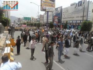 مسيرة حاشدة في العاصمة صنعاء تتجه صوب وزارة النفط للتنديد بأزمة المشتقات النفطية و رفض رفع الدعم عنها و المطالبة بإسقاط الحكومة (64)