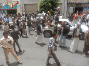 مسيرة حاشدة في العاصمة صنعاء تتجه صوب وزارة النفط للتنديد بأزمة المشتقات النفطية و رفض رفع الدعم عنها و المطالبة بإسقاط الحكومة (65)