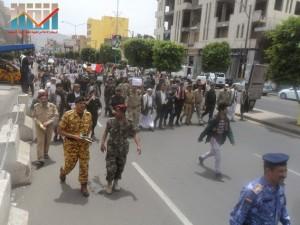مسيرة حاشدة في العاصمة صنعاء تتجه صوب وزارة النفط للتنديد بأزمة المشتقات النفطية و رفض رفع الدعم عنها و المطالبة بإسقاط الحكومة (69)