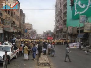 مسيرة حاشدة في العاصمة صنعاء تتجه صوب وزارة النفط للتنديد بأزمة المشتقات النفطية و رفض رفع الدعم عنها و المطالبة بإسقاط الحكومة (7)