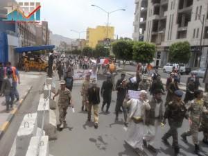 مسيرة حاشدة في العاصمة صنعاء تتجه صوب وزارة النفط للتنديد بأزمة المشتقات النفطية و رفض رفع الدعم عنها و المطالبة بإسقاط الحكومة (70)