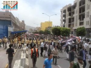 مسيرة حاشدة في العاصمة صنعاء تتجه صوب وزارة النفط للتنديد بأزمة المشتقات النفطية و رفض رفع الدعم عنها و المطالبة بإسقاط الحكومة (72)