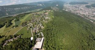 تقع بلدة ماغلينغن/ ماكولين بالفرنسية (شمالي غربي سويسرا) في نطاق بلدية إيفيلار في مقاطعة بيرن. وهي تبعد عن العاصمة 45 كلم. تجاور البلدة النائية بحيرة بيال، ويقل فيها الازدحام المدني في حين تكثر المناظر الطبيعية. وتكاد تندر فيها المعالم المميزة، باستثناء المعهد العالي الفدرالي للرياضة.