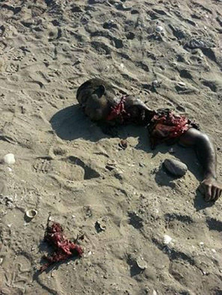 بقايا اشلاء الارهابي الذي فجر نفسه في تجمع جنود خلف معسكر الصولبان