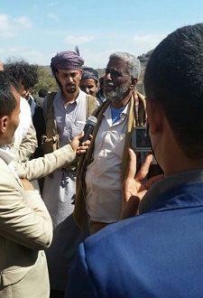 الشيخ رشاد العطري اثناء وصوله لتسلم جثة العميد عمر الصبيحي